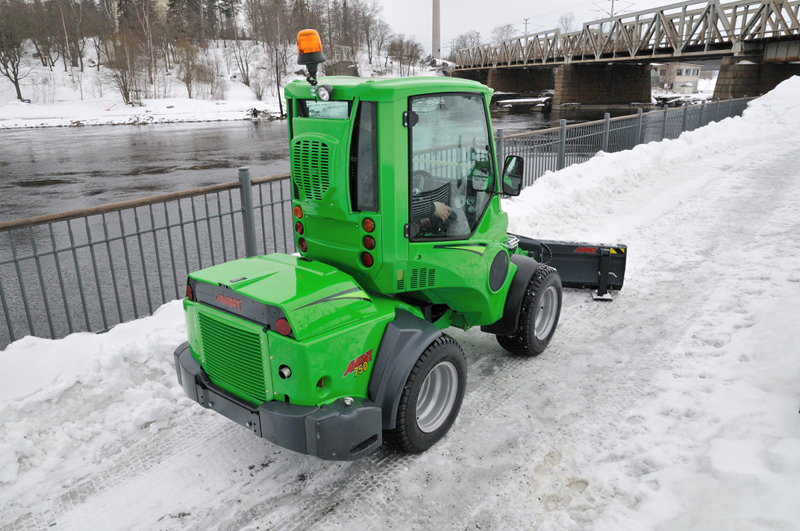 Sidewalk snow removal :: Avant