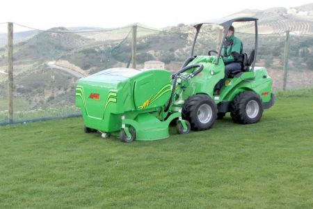 avant_collecting_lawn_mover_1500_3.jpg