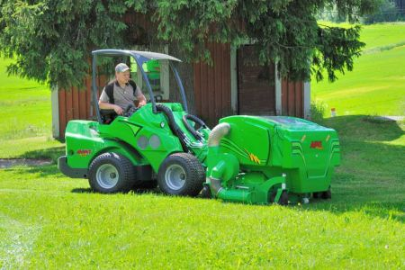 avant_collecting_lawn_mover_1500_2.jpg